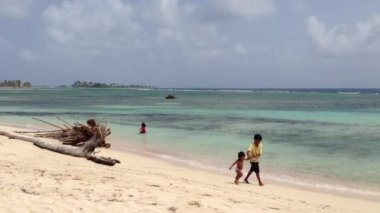 Kids running over the beach at the San Blas Islands in Panama — Stock Video