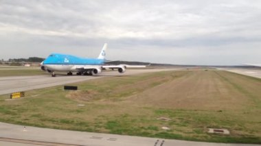 Leaving Houston airport with a KLM 747 airplane waiting, Texas, USA — Stok video