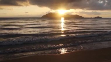 Sunrise behind dunk Island at mission beach in Australia — Stock Video