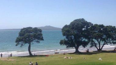 Pan Takapuna beach with rangitoto island in Auckland, New Zealand — Stock Video