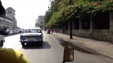 Driving with a scooter taxi through Havana, Cuba — Stock Video