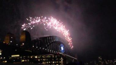 Fuegos artificiales desde el puente del puerto de sydney en australia — Vídeo de Stock