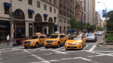 Pan from taxis in Manhattan, New York City, USA — Stock Video
