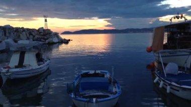 закат из гавани в потос, тасос греция — Стоковое видео