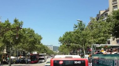 Driving through Barcelona Spain in a sightseeing bus — Stock Video