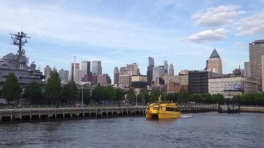 Yellow Water Taxi Arriving At Pier 42 Manhattan, New York City, USA — Vídeo de stock