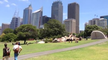 People at the botanica gardens in Sydney, Australia — Vídeo de stock