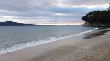 Takapuna beach in the morning with rangitoto island on the background in Auckland, New Zealand — Stock Video