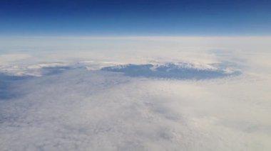 Voar acima de montanhas com neve na islândia — Vídeo stock