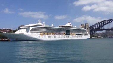 Big cruise ship in sydney harbour, Australia — Stock Video