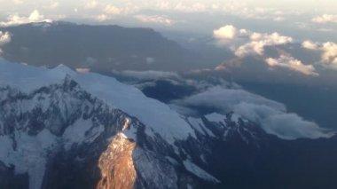 летать выше в горах недалеко от ла-паса, боливия — Стоковое видео