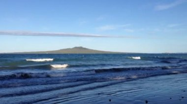 Takapuna beach with rangitoto island in Auckland, New Zealand — Stock Video