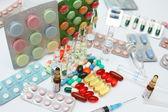 Tabletas y píldoras de colores de fondo — Foto de Stock