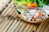 Plaque de paille avec des ingrédients pour les rouleaux de printemps vietnamiens — Photo