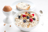Breakfast: oatmeal porridge with berries — Stock Photo