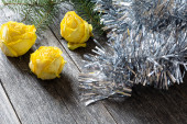 Moody background, wooden table, dried roses and tinsel — Stock Photo