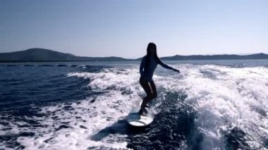 Female surfer in action — Stock Video