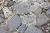 Textura de pedra estrada com grama verde — Fotografia Stock