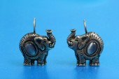 Earrings in the shape of elephants that are made of silver — 图库照片