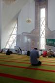 Muslims pray in the mosque — Stock Photo