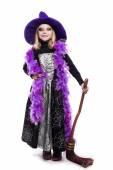 Güzel şirin küçük kız cadı halloween kılık tutun süpürge — Stok fotoğraf
