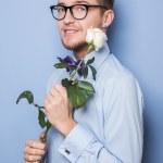 Nerd fofo com uma rosa branca. Data, aniversário, dia dos namorados — Fotografia Stock  #61520611