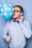 Young guy with a colorful balloon in his hand. Party, birthday, Valentine — Foto Stock