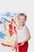 Muchacho hermoso que pintar con pincel sobre lienzo. Educación. Creatividad. Retrato de estudio sobre fondo blanco — Foto de Stock