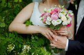 Schöne Hochzeitspaar im park — Stockfoto