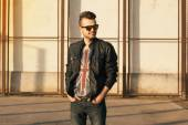 Hipster in a black leather jacket and sunglasses. Outdoors — Stockfoto