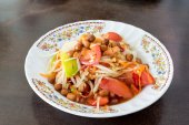"Papaya Salad, Thai call ""Som tum"" the most famous thai salad com — Stock Photo"