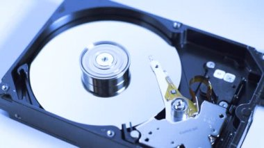 Spinning disk drive with pin head reader reading or writing data, cool temporature — Stockvideo