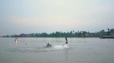 Man spelar en ny vatten sport. Flyga ombord på chaopraya river — Stockvideo