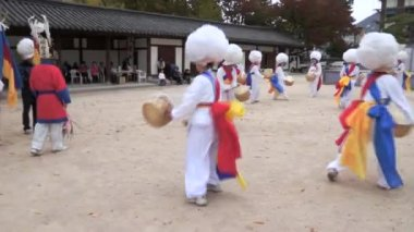 Many buddhist korean enjoy in colorful traditional festivities parade — Stock Video