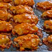 Fried Chicken New Orleans.sweet and spicy on tray ready to serve — Stockfoto