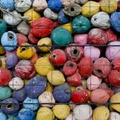 Colorful waste of coconut husks in grate background texture. — Foto de Stock