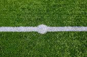 Linia prosto białą kredą na trawa tło. — Zdjęcie stockowe
