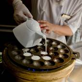 Typ av thailändska sweetmeat. Kokosmjölk mix med pulver stekt dessert. — Stockfoto