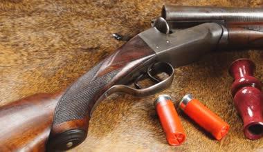 Shotgun with stuffed duck — Stock Video