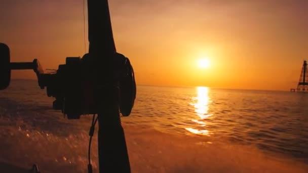 Barco hacia alta mar al amanecer — Vídeo de stock
