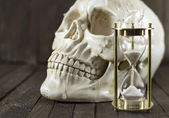 Creepy skull with sand clock — Foto de Stock