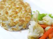 Baked cutlet with cauliflower and carrot garnish — Stock Photo
