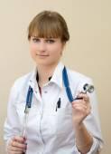 Vackra unga läkare — Stockfoto