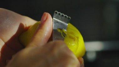 Lemon rind being peeled — Stock Video