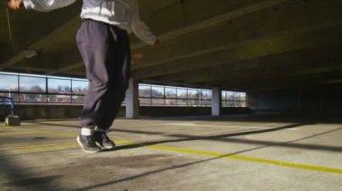 Man jump roping energetically — Stock Video