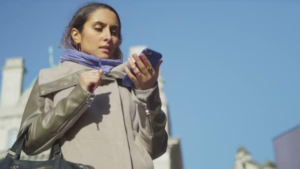 Femme à l'aide de son téléphone — Vidéo