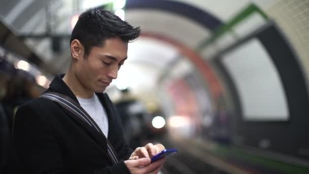 Homme à l'aide de son téléphone — Vidéo