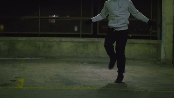 Hooded athlete skipping — Vidéo