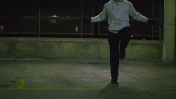 Athlete skipping  at night — Vidéo