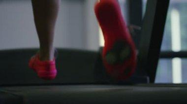 在跑步机上运行的女人 — 图库视频影像